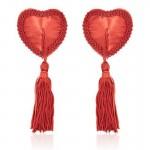 Κόκκινες καρδιές διακοσμούν το στήθος
